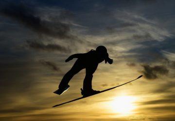 Preteky v skokoch na lyžiach zrušili pre nepriazeň počasia