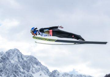 Úvodné preteky SP v skokoch na lyžiach vyhrali Rakúšania